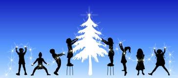 enfants décorant l'arbre Photographie stock