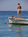 Enfants détendant sur le bateau en mer Photographie stock libre de droits