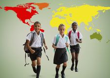 Enfants d'école devant la carte colorée du monde Photo stock