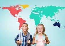 Enfants d'école devant la carte colorée du monde Photos libres de droits