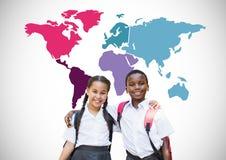 Enfants d'école devant la carte colorée du monde Photographie stock libre de droits