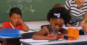 Enfants d'école faisant leurs devoirs banque de vidéos