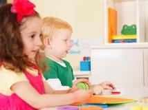 Enfants d'école maternelle dans la salle de classe photos libres de droits