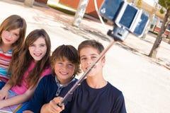 Enfants d'école prenant des selfies Photos stock