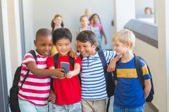 Enfants d'école prenant le selfie au téléphone portable Photos libres de droits