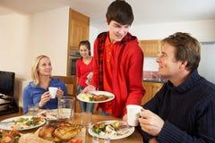 Enfants d'adolescent utiles servant la nourriture Image libre de droits