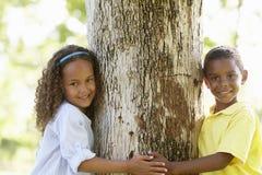 Enfants d'afro-américain jouant en parc Photos libres de droits