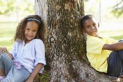 Enfants d'afro-américain jouant en parc Images libres de droits