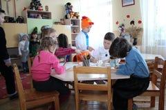 Enfants d'aspiration dans le jardin d'enfants Image stock