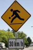 Enfants d'avertissement de plaque de rue jouant à 30kmph photo stock