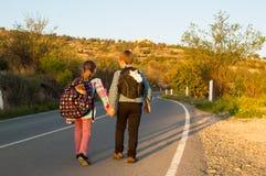 Enfants d'emballement sur la route Images libres de droits