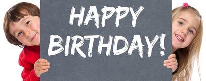 Enfants d'enfants en bas âge de célébration de salutations de joyeux anniversaire image libre de droits