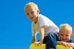 Enfants d'enfants dans jouer s'élevant de terrain de jeu images libres de droits