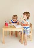 Enfants d'enfants dessinant l'art Image libre de droits