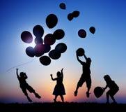 Enfants d'enfants jouant le concept d'innocence de ballons Photographie stock