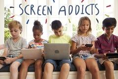 Enfants d'intoxiqué d'écran employant la technologie photos libres de droits