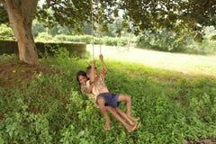 Enfants d'oscillation Photo stock