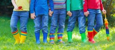 Enfants dans des bottes de pluie Gaines en caoutchouc pour des enfants Photo stock