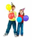 Enfants dans des chapeaux d'anniversaire Images libres de droits