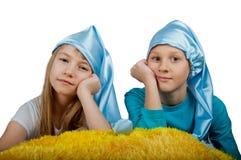 Enfants dans des chapeaux de sommeil d'isolement sur le blanc Photo libre de droits