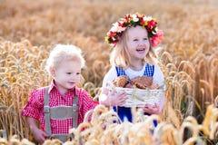Enfants dans des costumes bavarois dans le domaine de blé Photo stock