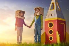 Enfants dans des costumes d'astronautes Image libre de droits