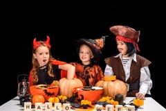 Enfants dans des costumes de Halloween Image stock