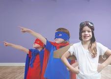 Enfants dans des costumes dans la chambre vide Image stock