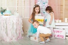 Enfants dans des décorations de Noël photographie stock libre de droits