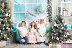 Enfants dans des décorations de Noël image libre de droits