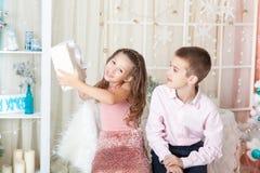 Enfants dans des décorations de Noël Photos stock