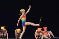 Enfants dans des maillots de bain dansant sur l'étape images libres de droits