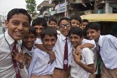Enfants dans des uniformes scolaires Image libre de droits