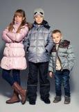 Enfants dans des vêtements d'hiver Image libre de droits