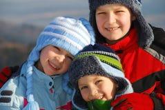 Enfants dans des vêtements de l'hiver Image stock