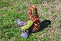 Enfants dans des vêtements lumineux sur l'herbe Images libres de droits
