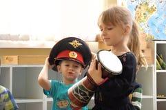 Enfants dans jouer de jardin d'enfants Image libre de droits
