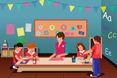 Enfants dans l'école maternelle Photos libres de droits