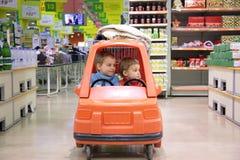 Enfants dans l'automobile de jouet Images libres de droits