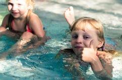 Enfants dans l'eau Photos libres de droits
