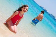 Enfants dans l'eau sur l'île Image libre de droits