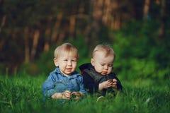 Enfants dans l'herbe Photographie stock libre de droits