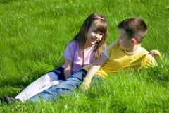 Enfants dans l'herbe Photos stock
