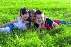 Enfants dans l'herbe Images libres de droits