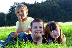 Enfants dans l'herbe image libre de droits