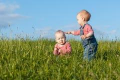 Enfants dans l'herbe verte Photo libre de droits