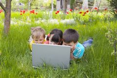 Enfants dans l'ordinateur photos stock