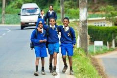 Enfants dans l'uniforme scolaire photographie stock libre de droits