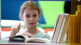 Enfants dans la bibliothèque clips vidéos