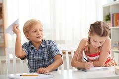 Enfants dans la classe Photos libres de droits